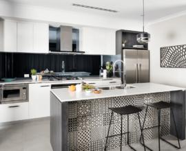 Cozinha moderna decorada com banqueta preta para ilha
