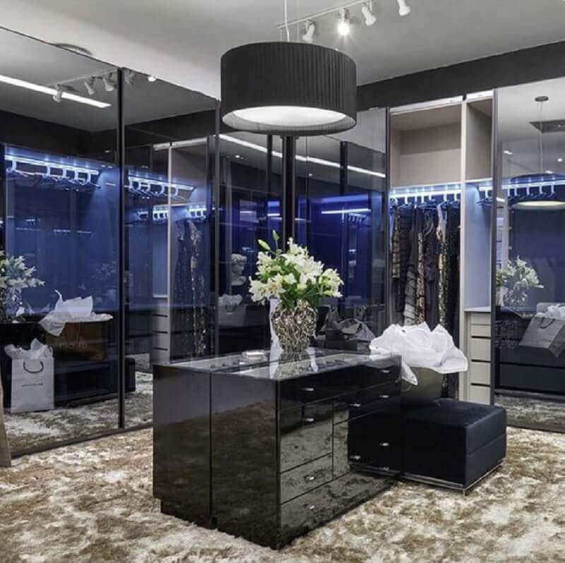 closet de luxo decorado com tapete felpudo e puff preto  Foto Decor Salteado