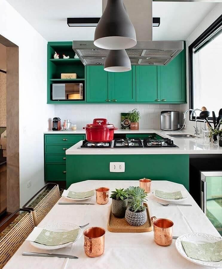 Cor verde escuro para cozinha planejada com sala de jantar integrada