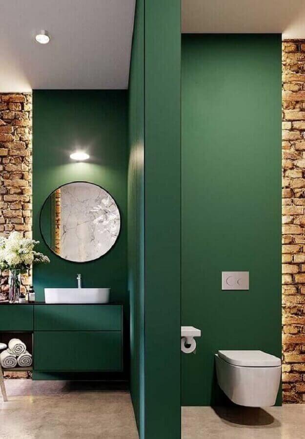 Cor verde escuro para decoração de banheiro moderno com espelho redondo