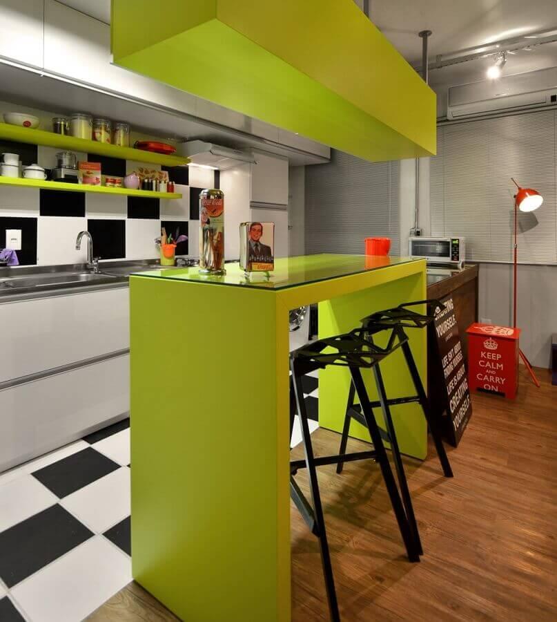Cor verde limão para cozinha moderna decorada com piso xadrez branco e preto