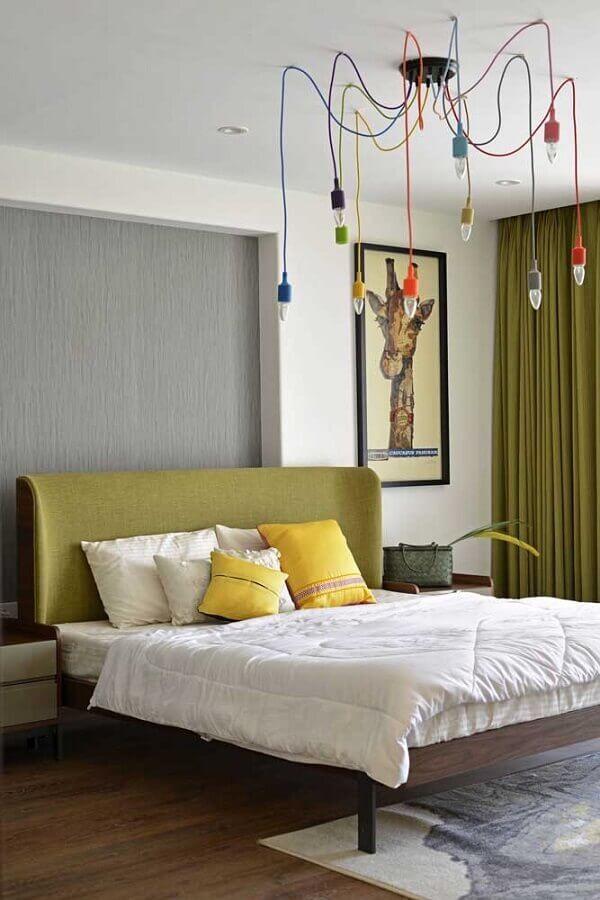 Cor verde musgo para decoração de quarto de casal com luminária colorida