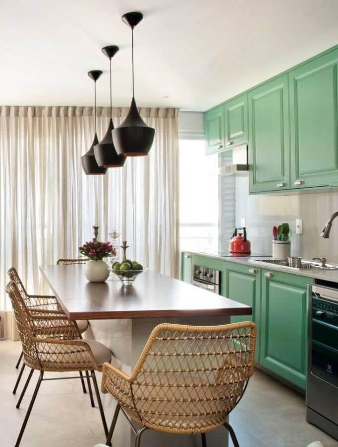 Cor verde para cozinha decorada com armário com estilo vintage