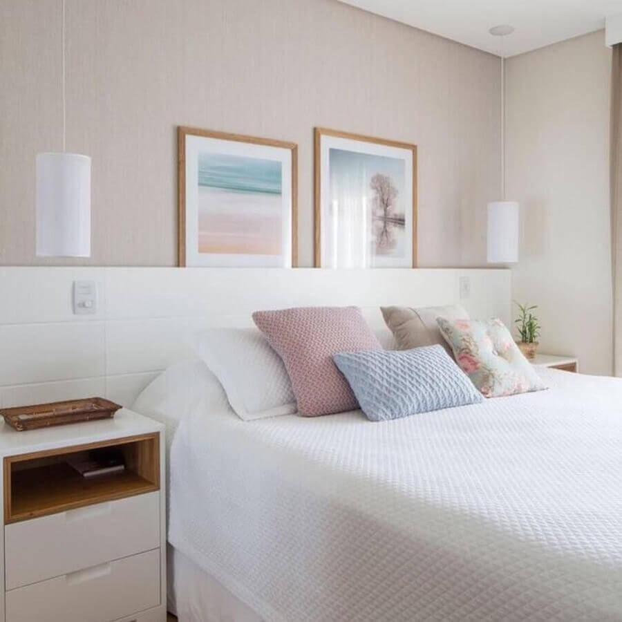 Cores claras para decoração de quarto de casal planejado com cabeceira de madeira branca