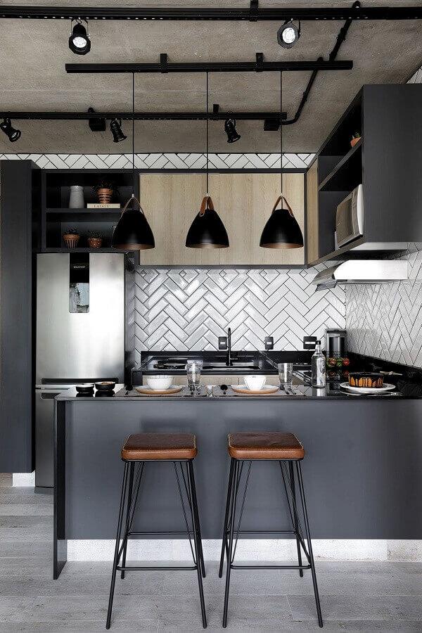 cozinha americana estilo industrial decorada com armário aéreo cinza Foto Mariana Orsi