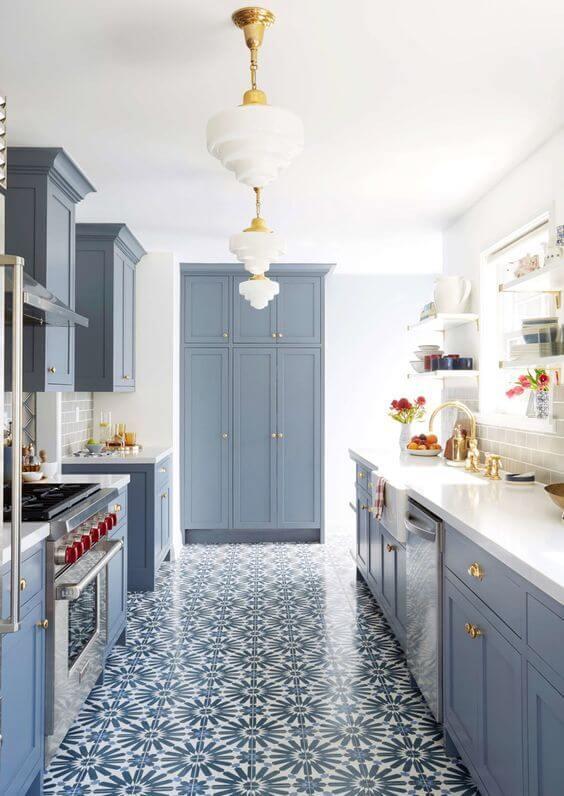 Cozinha azul com lustre branco