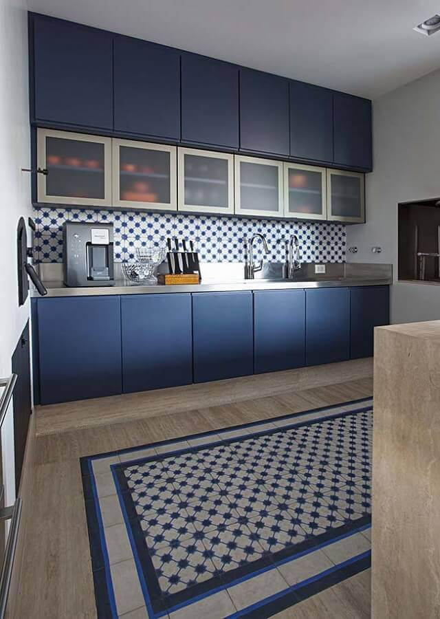 Cozinha azul moderna decorada com azulejo estampado