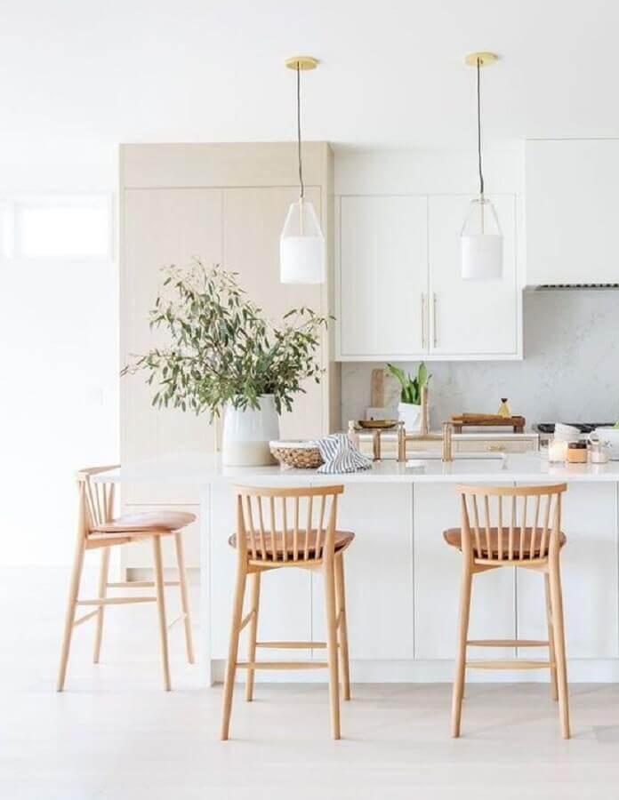 Cozinha branca clean decorada com banquetas para bancada de madeira