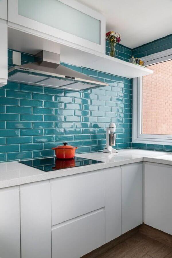 Cozinha branca decorada com azulejo para parede de cozinha azul