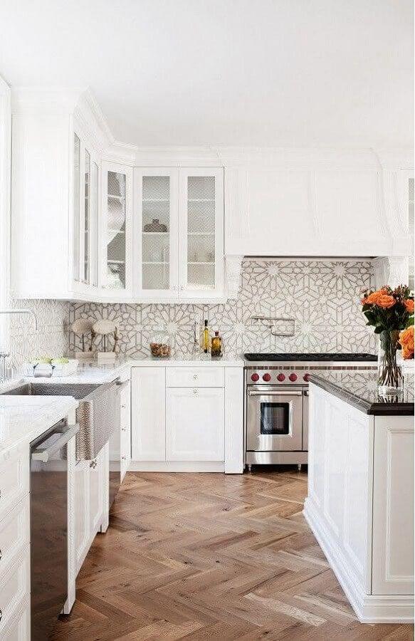 Cozinha branca decorada com estilo clássico com azulejo de cozinha estampado delicado
