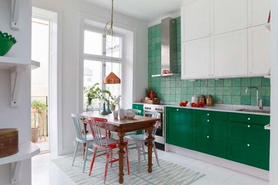 Cozinha branca decorada com revestimento e gabinete na cor verde escuro