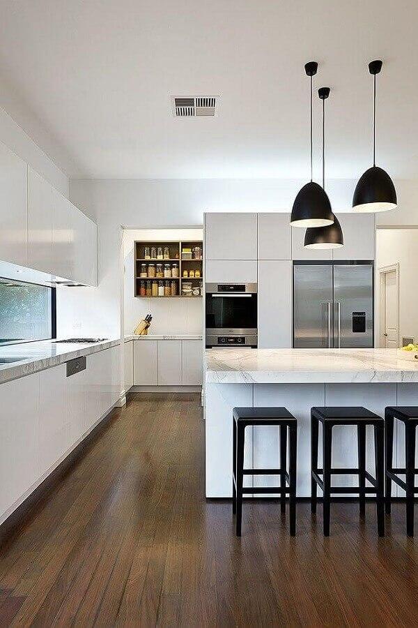 Cozinha branca moderna decorada com banquetas para bancada de ilha
