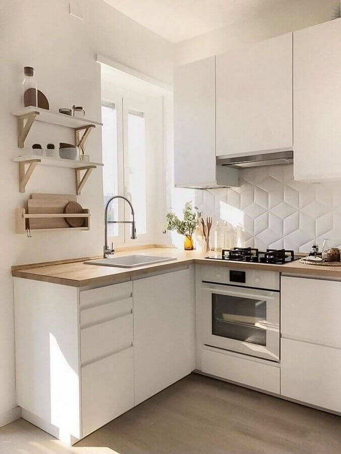 cozinha branca pequena decorada com revestimento 3D e armário aéreo Foto Apartment Therapy