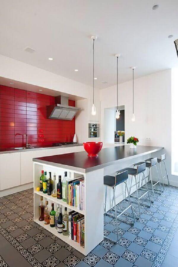 Cozinha branca planejada com ilha e decorada com azulejo de cozinha vermelho