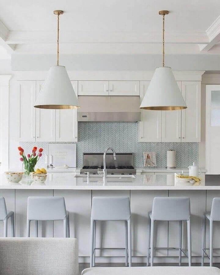 cozinha branca sofisticada decorada com luminária pendente para ilha gourmet com pia Foto Adriana Scartans