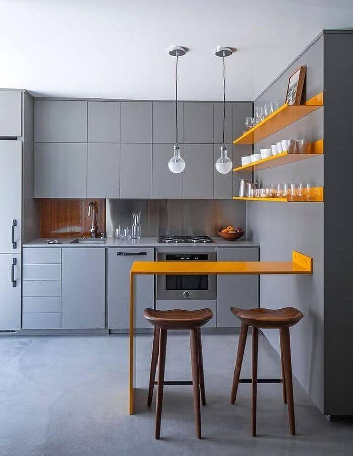 Cozinha cinza e amarela moderna decorada com banquetas para bancada de madeira