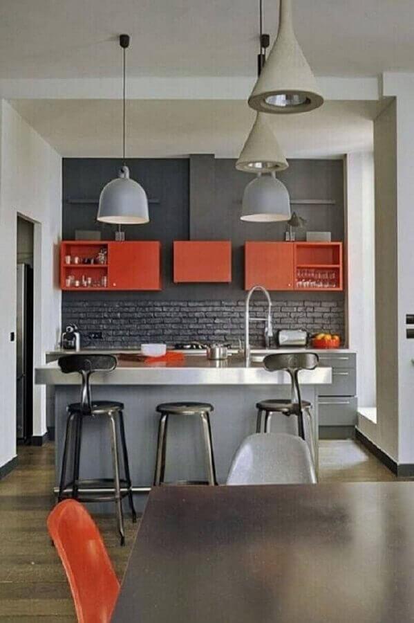 cozinha cinza estilo industrial decorada com armário aéreo laranja Foto Pinterest