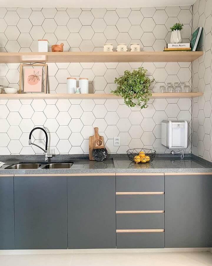 Cozinha clean decorada com prateleira de madeira e azulejo de cozinha hexagonal