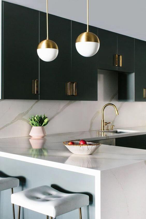 Cozinha com lustre pendente branco no balcão