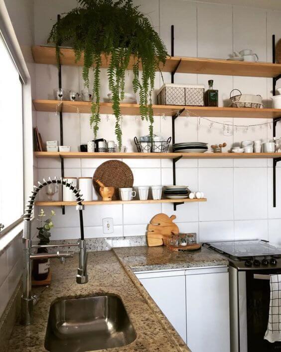Cozinha com prateleiras com mão francesa preta