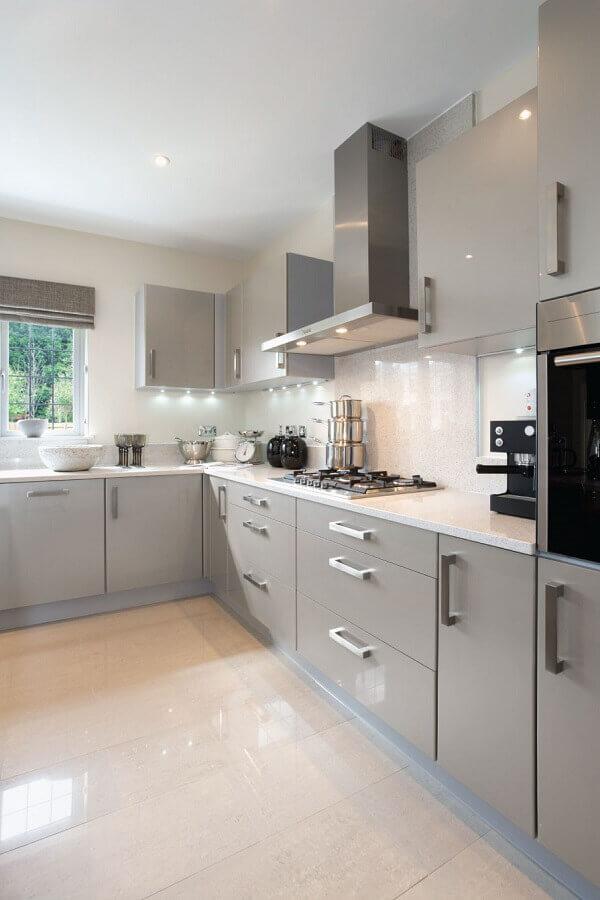 cozinha de canto cinza claro decorada com armário aéreo Foto Pinterest
