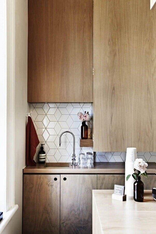 Cozinha de madeira decorada com azulejo de cozinha moderno