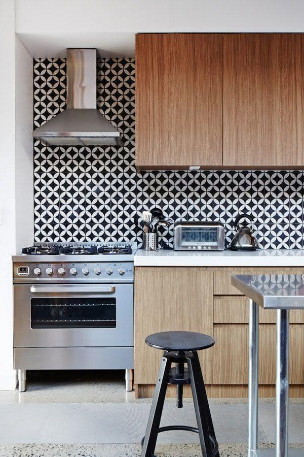Cozinha de madeira decorada com azulejo de cozinha preto e branco