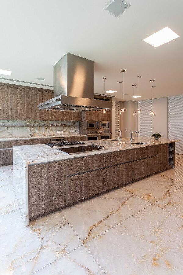 cozinha de madeira moderna decorada com ilha gourmet de mármore  Foto Archilovers