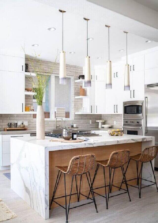 Cozinha decorada com banquetas para bancada de mármore