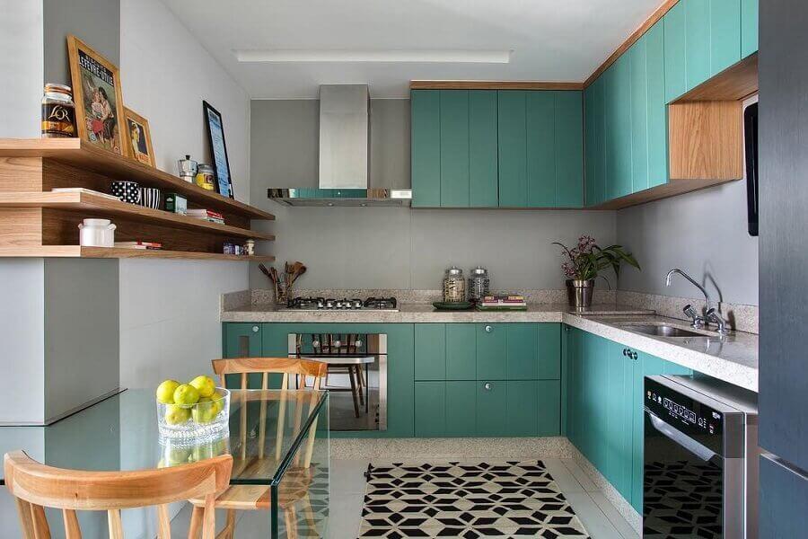 cozinha em L decorada com armário aéreo madeira com portas verde água Foto Babi Teixeira