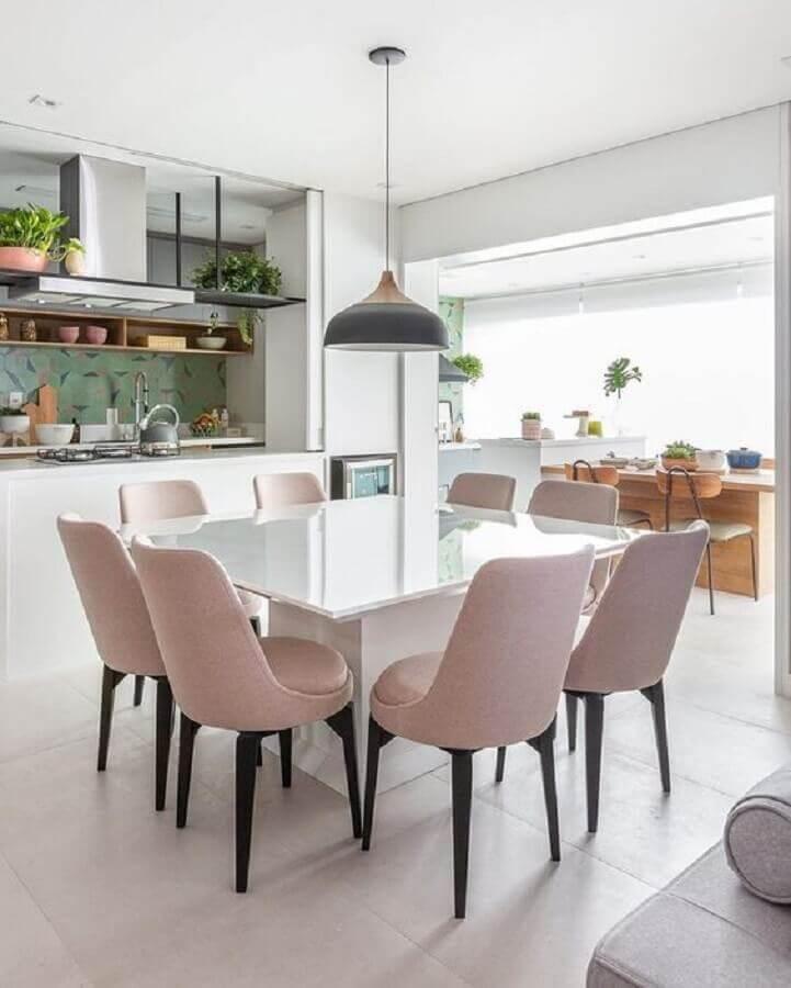 cozinha gourmet branca decorada com cadeira acolchoada cor de rosa  Foto Jeito de Casa