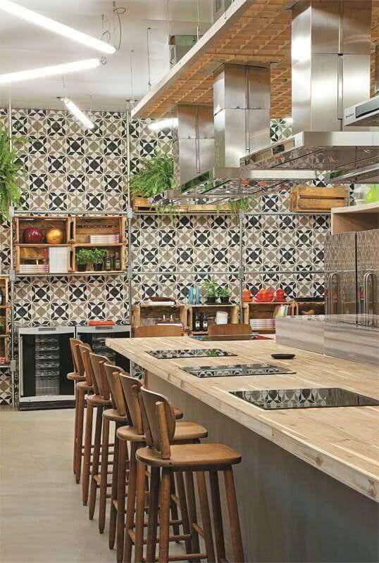 Cozinha gourmet com ilha decorada com azulejo de cozinha estampado