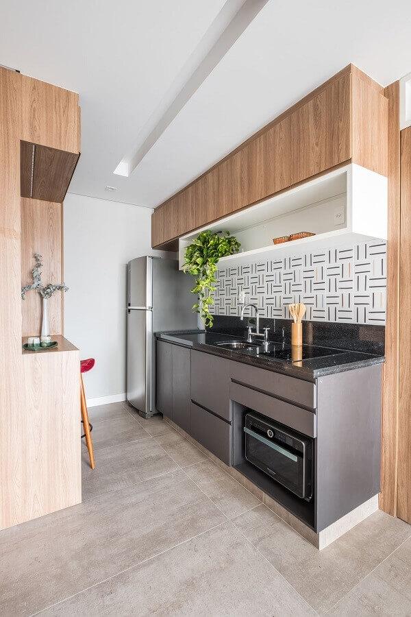 cozinha pequena decorada com armário aéreo madeira com nicho branco  Foto Pinterest