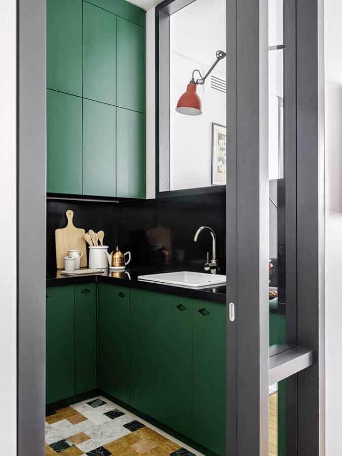 Cozinha pequena decorada com armários na cor verde escuro