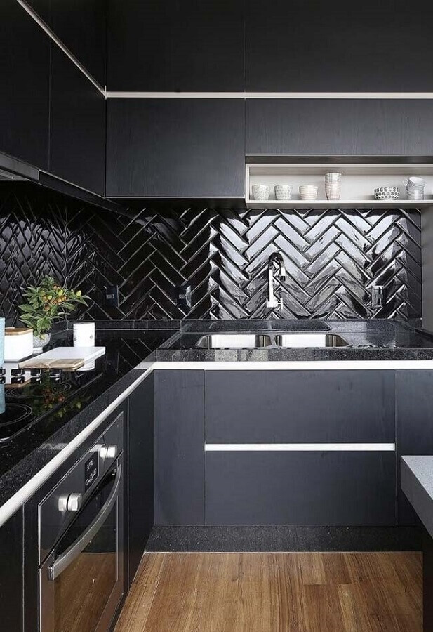 cozinha planejada moderna decorada com armário e azulejo de cozinha preto