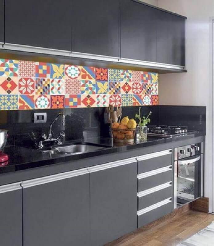 Cozinha preta decorada com adesivo para azulejo de cozinha colorido