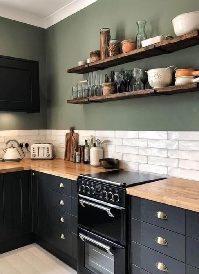 cozinha preta decorada com parede verde oliva e bancada de madeira  Foto Pinterest