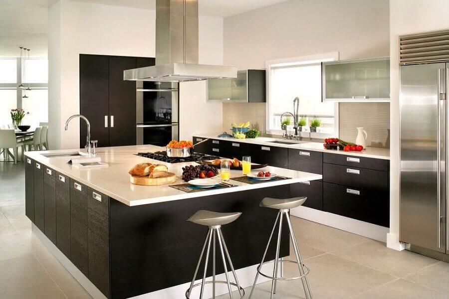 cozinha preta e branca decorada com bancada ilha gourmet grande planejada com pia e cooktop Foto Houzz