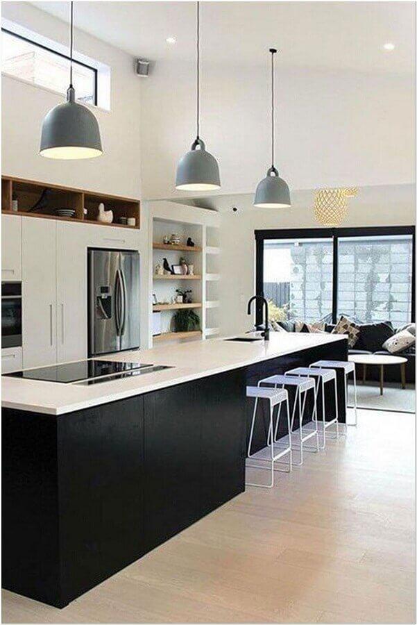 cozinha preta e branca moderna decorada com banquetas para ilha gourmet Foto Interior Design
