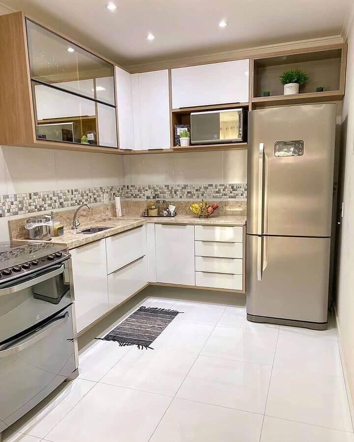 cozinha simples decorada com armário aéreo de canto Foto Pinterest
