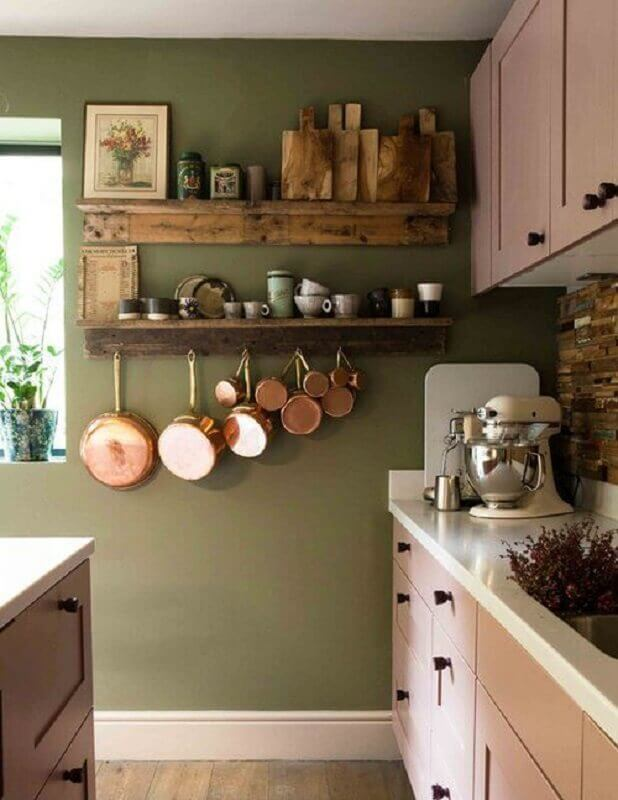 cozinha simples decorada com prateleira rústica em parede verde oliva Foto The Nordroom