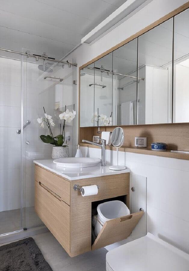 Decoração branco e madeira com armário de banheiro planejado pequeno