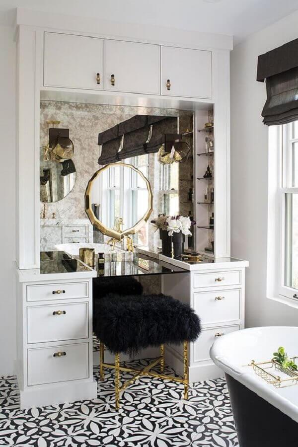 decoração clássica com penteadeira branca e puff banqueta preto Foto Home Fashion Trend