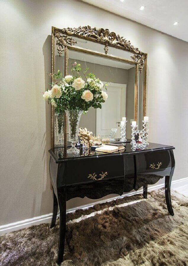 Decoração clássica e sofisticada com aparador com espelho na parede