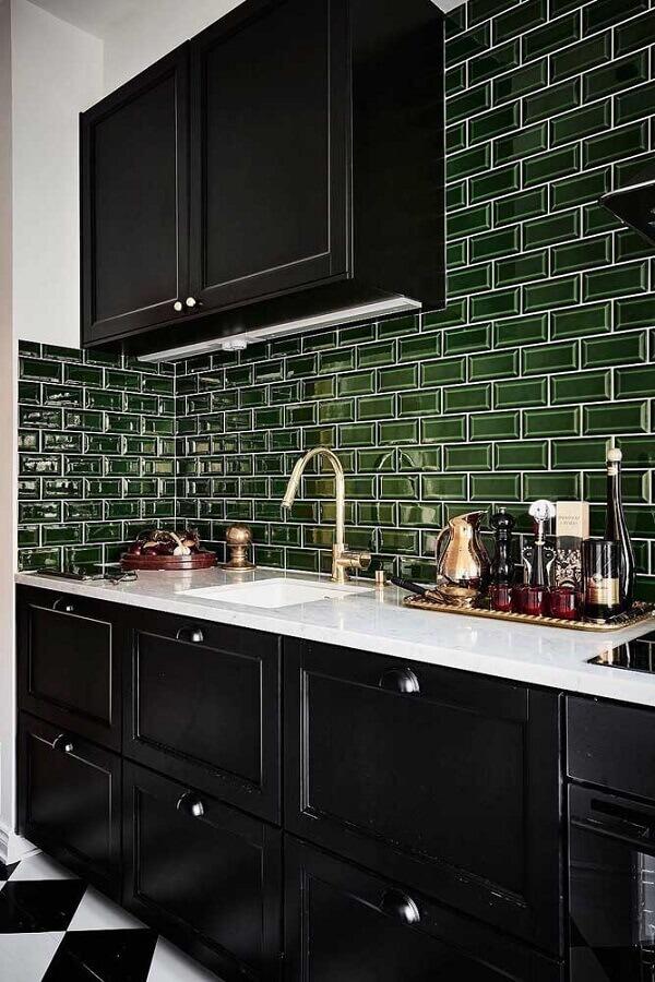 Decoração clássica para cozinha preta com revestimento na cor verde escuro