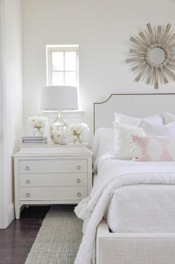 Decoração clássica para quarto de casal com cabeceira branca