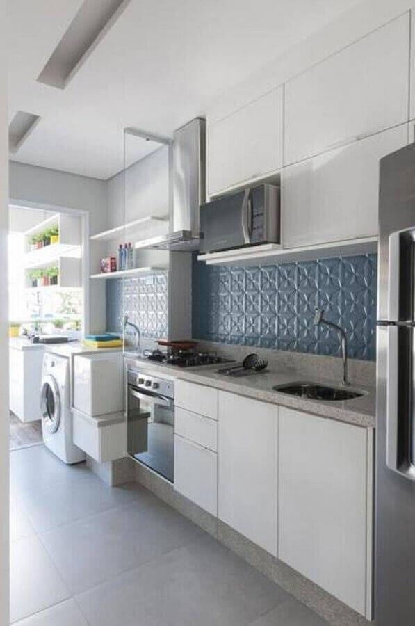 Decoração clean com armário branco e azulejo de cozinha 3D