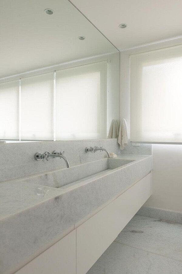 Decoração clean com bancada de mármore para banheiro branco
