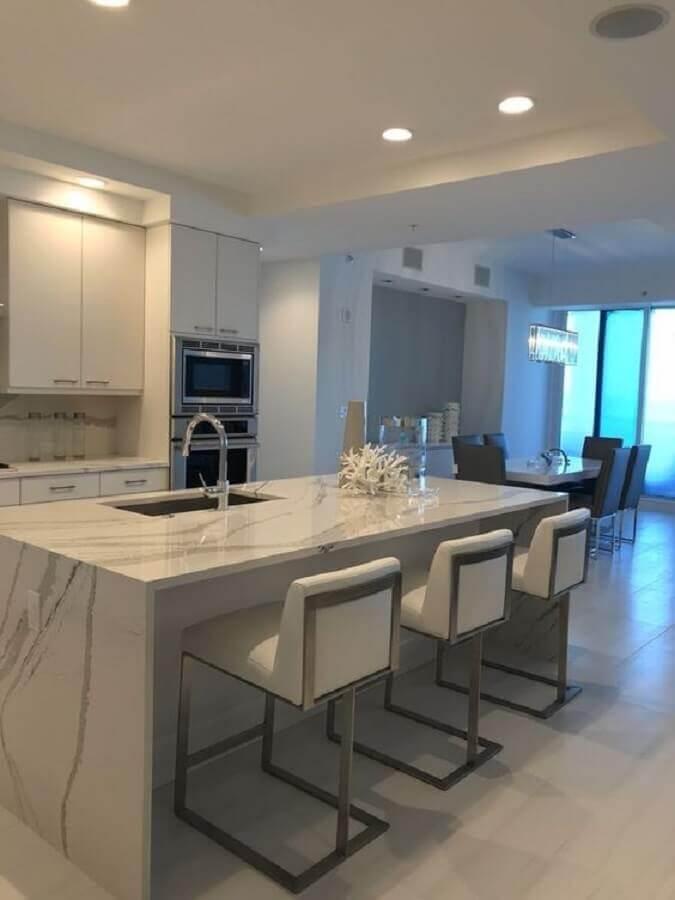 Decoração clean com bancada de mármore para cozinha branca com ilha