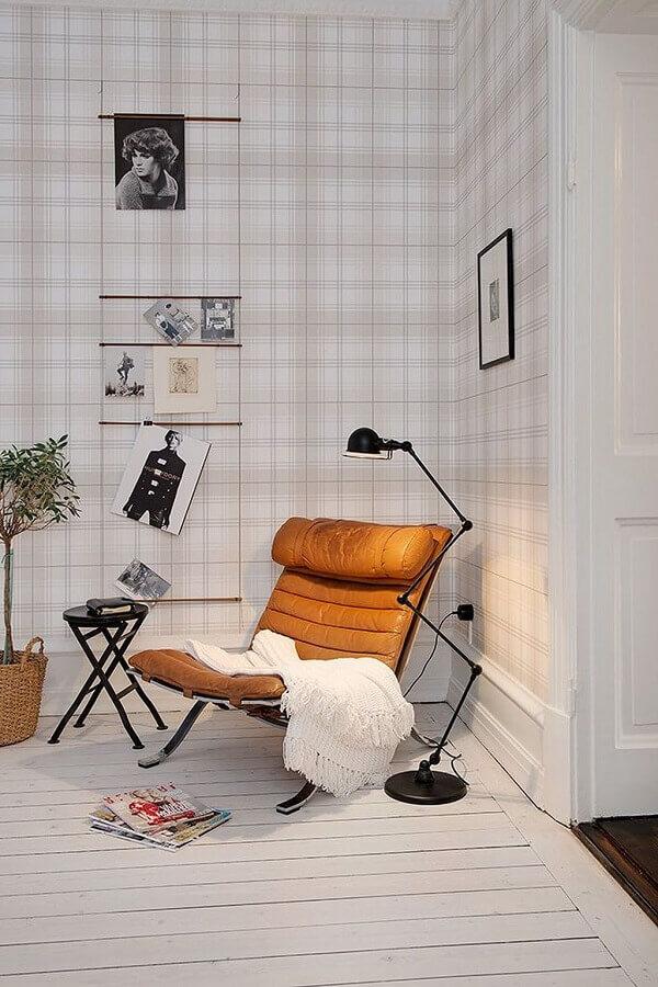 decoração clean com papel de parede xadrez e poltrona marrom Foto Archilovers